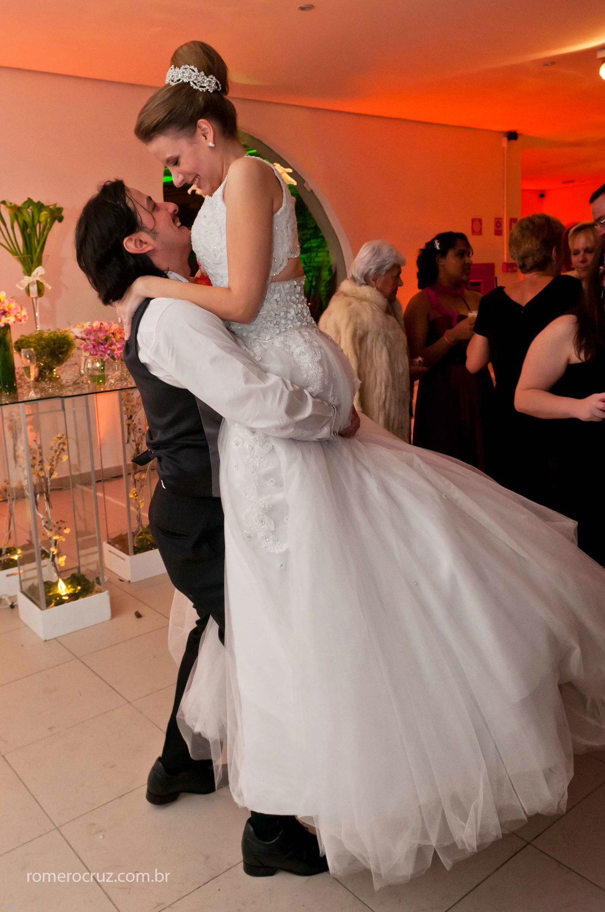 fotografia do momento dos noivos na festa de casamento