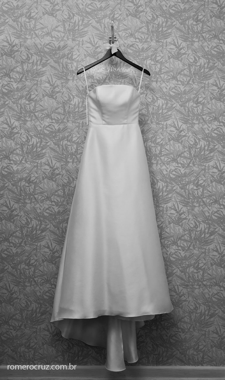 foto linda do vestido de noiva no making of do casamento