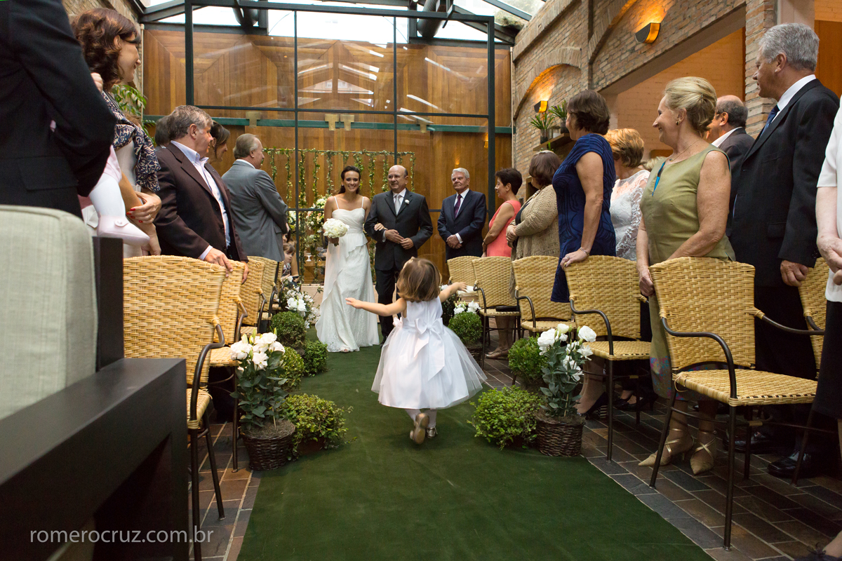 fotografia da entrada emocionante da noiva