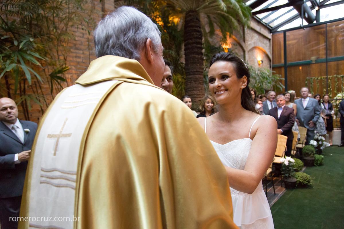 Noiva emocionada cumprimenta o padre amigo da família