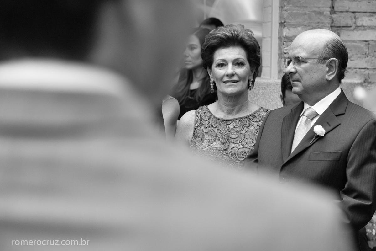 Mãe da noiva feliz com a união do casal