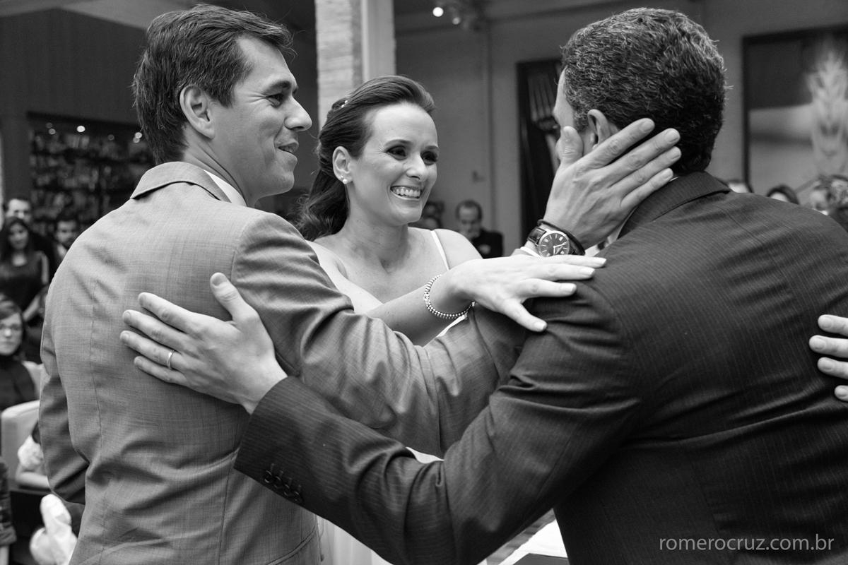 Casal de noivos recebem os parabéns dos convidados do casamento nesta foto