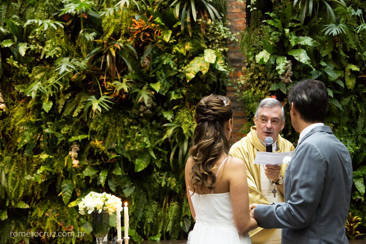 Linda foto do Padre abençoando o casal no casamento