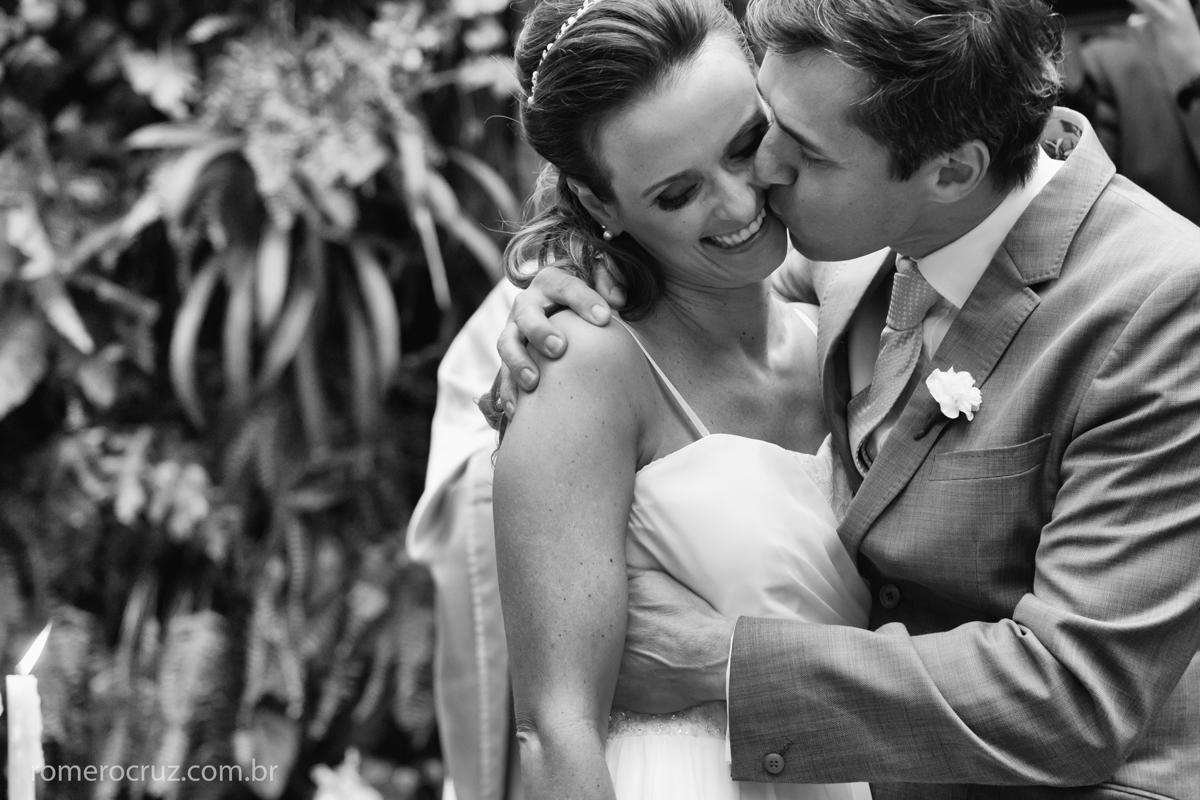 Beijo dos noivos no casamento no restaurante Cantaloup em São Paulo