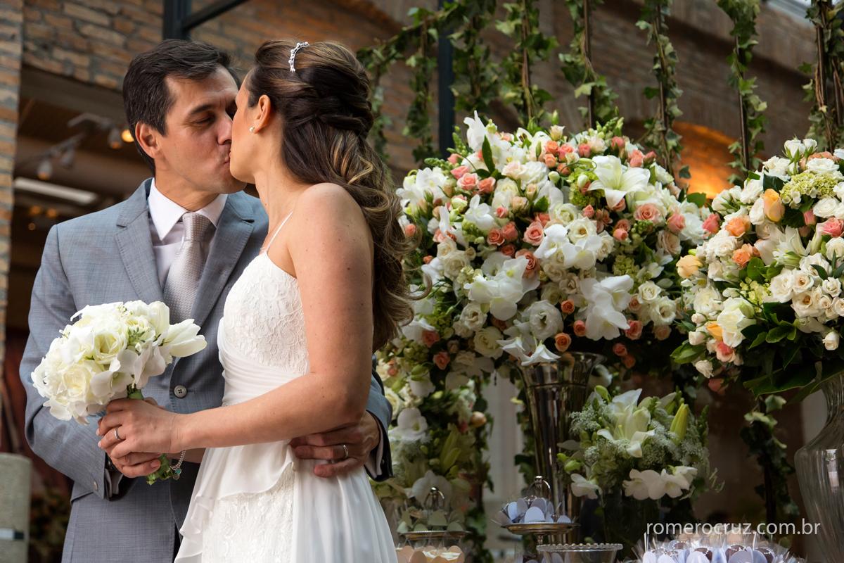 Foto do beijo apaixonado do casal João Paulo e Thais