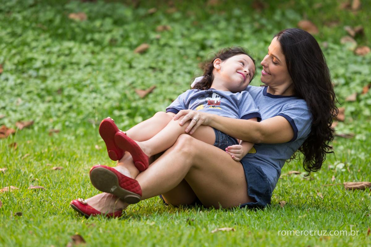 Amor maior de mãe e filha em ensaio de família realizado pelo fotógrafo Romero Cruz