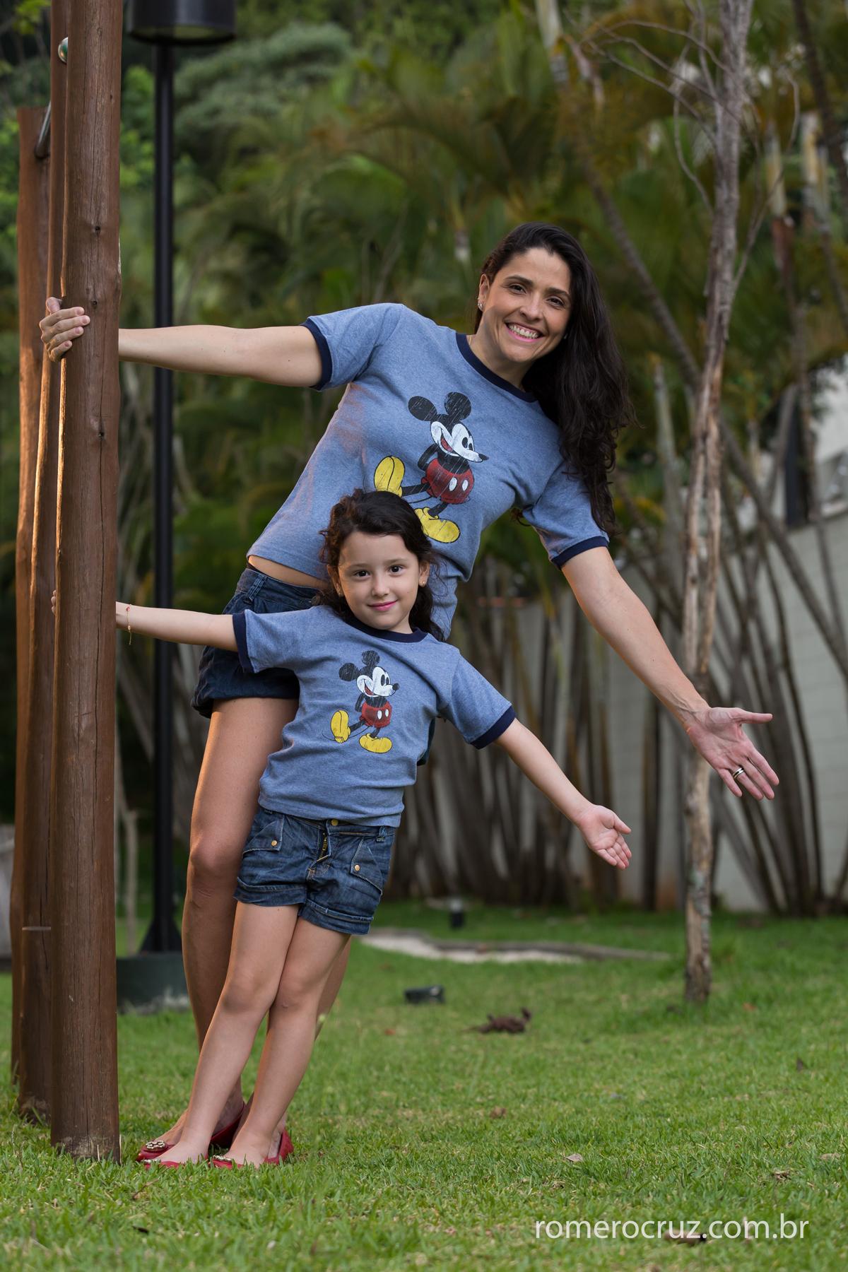 Momento de mãe e filha no ensaio do fotógrafo Romero Cruz