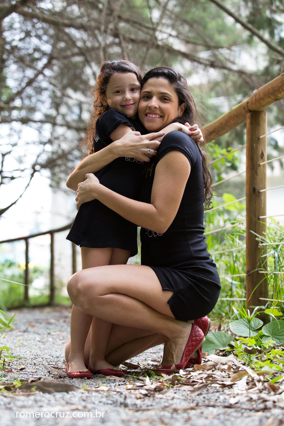 Amor de mãe e filha fotografado no ensaio do fotógrafo Romero Cruz