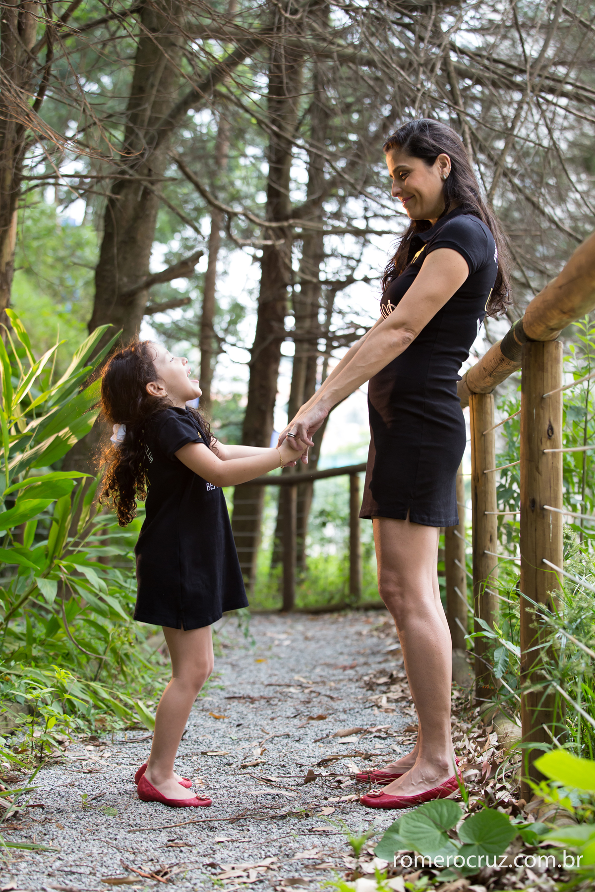 Mãe e Filha brincam durante ensaio fotográfico na lente do fotógrafo Romero Cruz
