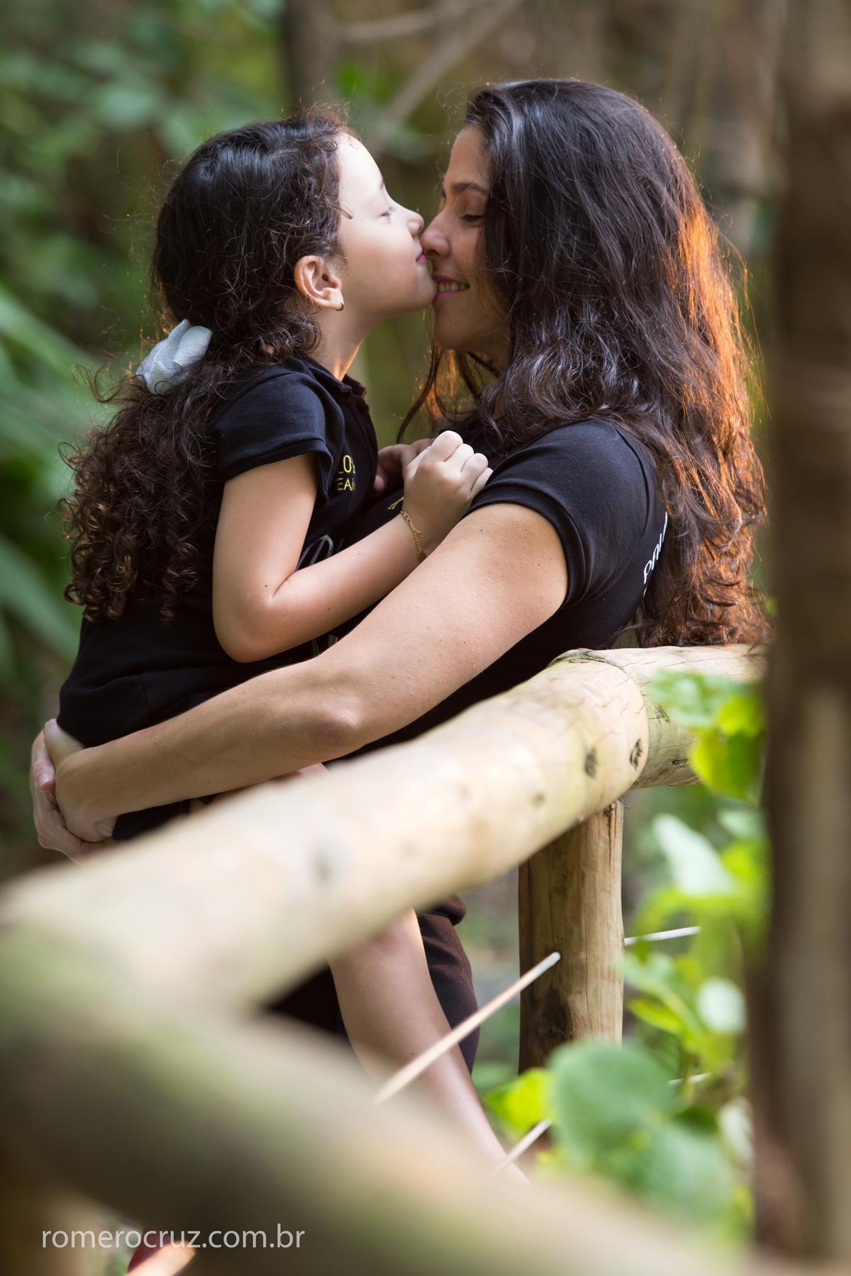 Nesta foto o fotógrafo Romero Cruz captura o exato momento de carinho entre mãe e filha em ensaio de família
