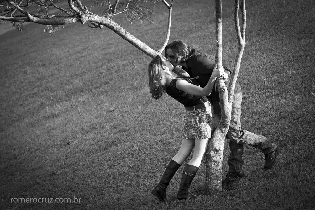 Beijo do casal Natalia e Guilherme em ensaio fotografado pelo fotógrafo profissional Romero Cruz