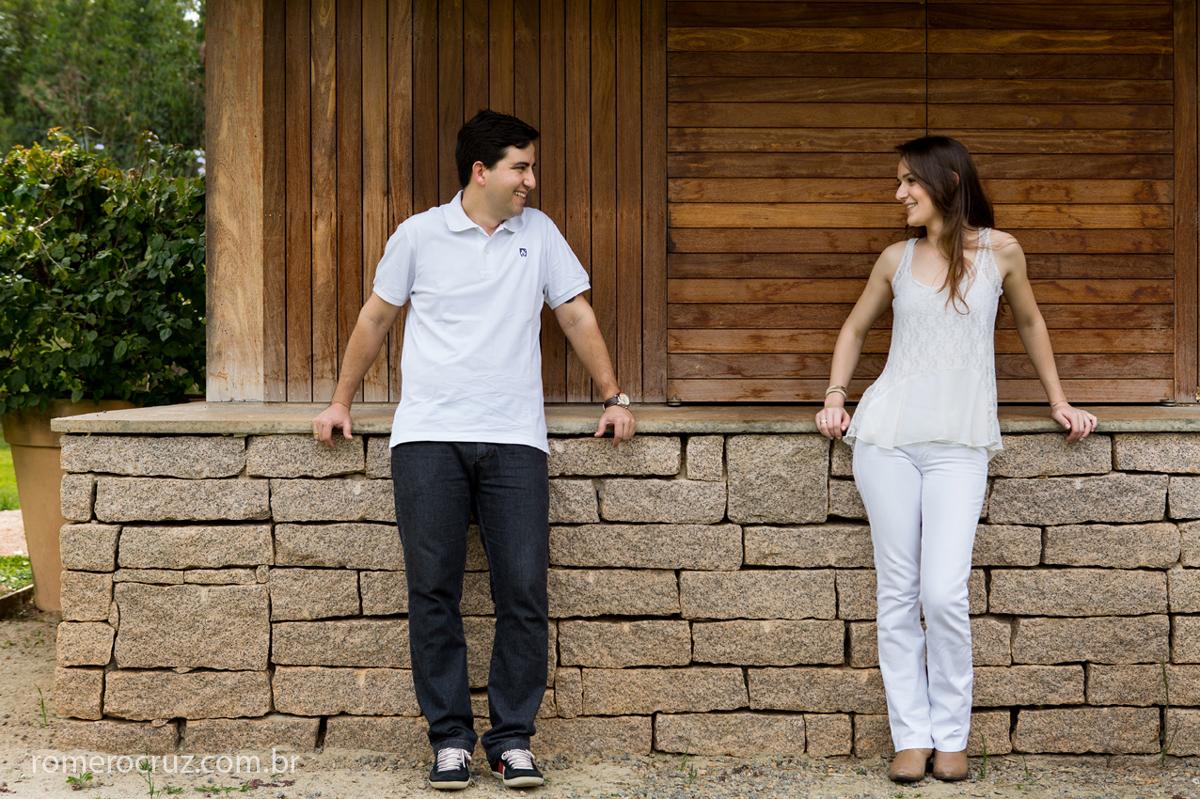 Casal Larissa e Flávio no ensaio pré-casamento em haras