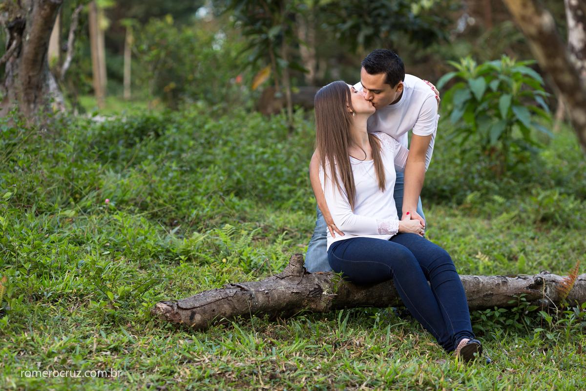 Beijo apaixonante de casal em ensaio fotográfico de casal précasamento