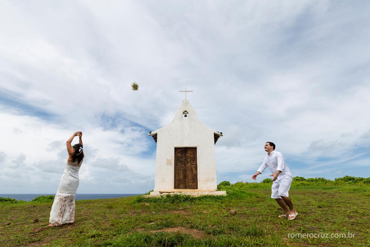 Noiva joga o bouquet para o noiva enfrente a Capela São Pedro em Fernando de Noronha