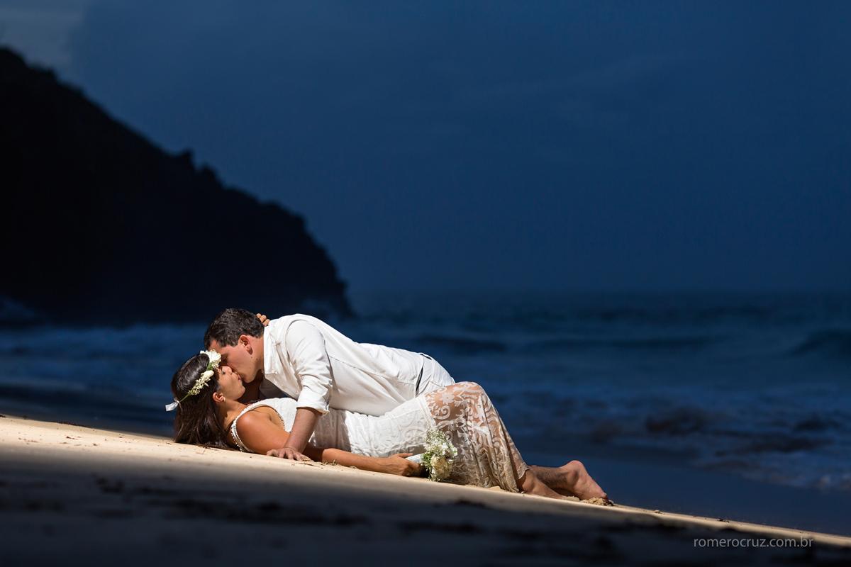 Ensaio noturno de casal em Fernando de Noronha do casam Marianne e Alysson feito pelo fotógrafo Romero Cruz