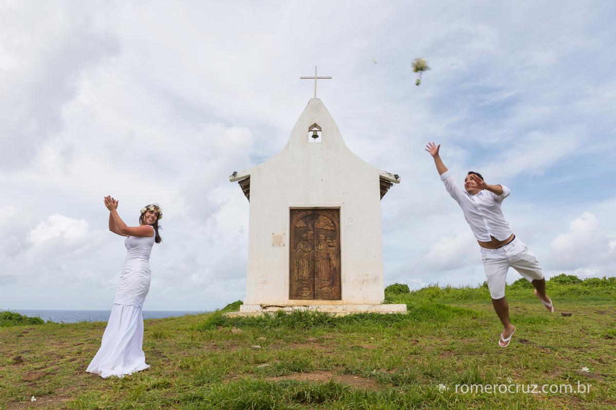noiva jogando o buquê e noivo defendendo como goleiro nesse ensaio fotográfico de casal em Fernando de Noronha PE pelo fotógrafo de casamento Romero Cruz em cena engraçada