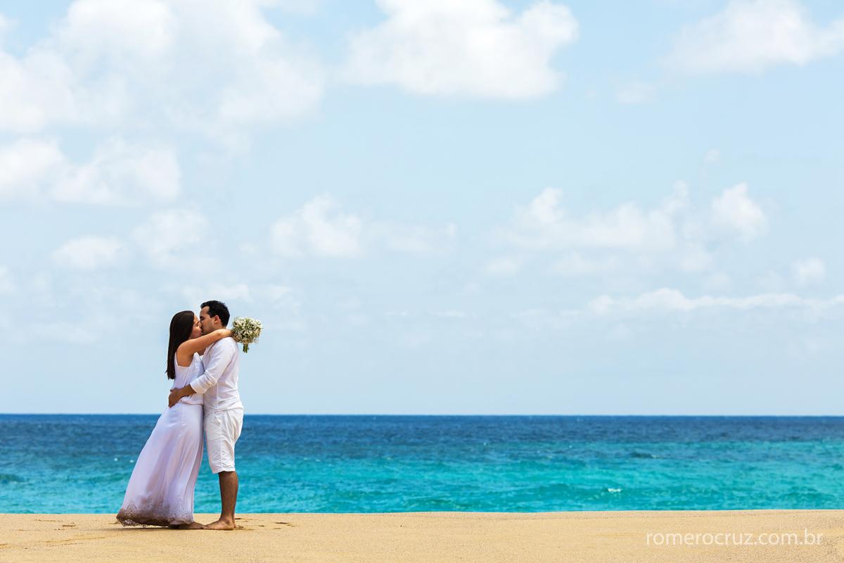 Foto minimalista do casal de noivos Mariana e Anderson em Fernando de Noronha