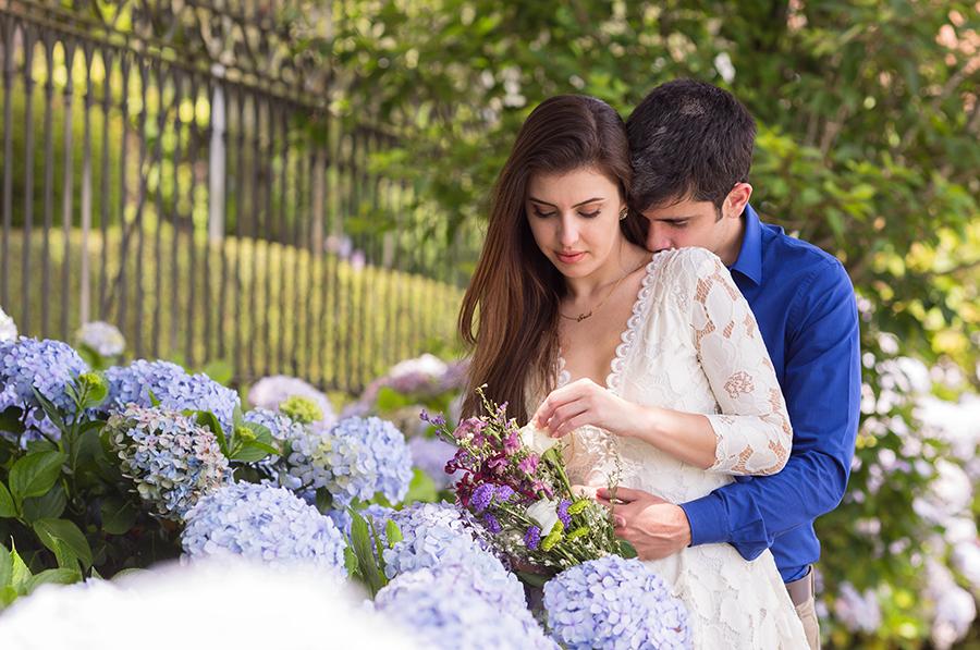 Foto do carinho entre Erica e Toni Casal de noivos em seu ensaio pré casamento