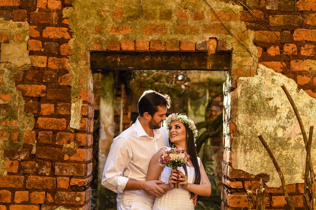 linda foto romântica com um mini buquê e um belo arranjo floral de cabeça, fotos Wellington Guimarães