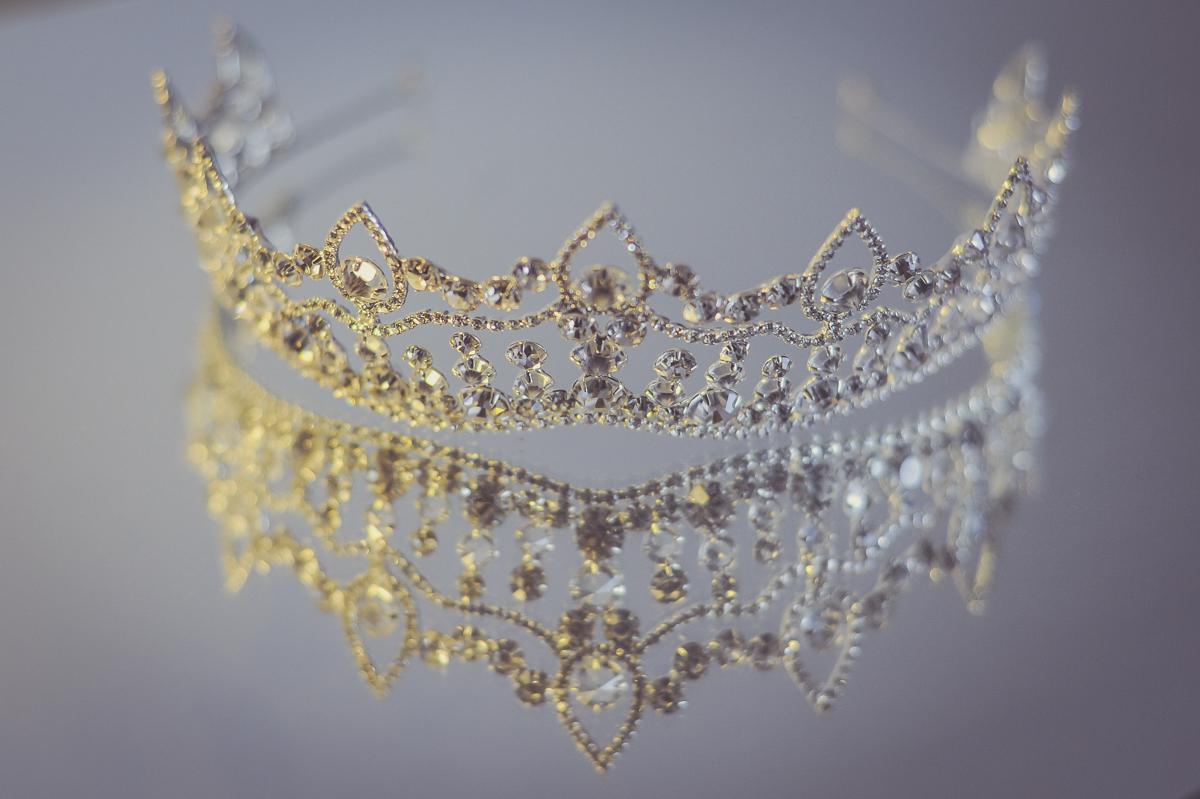 linda tiara de noiva com detalhes