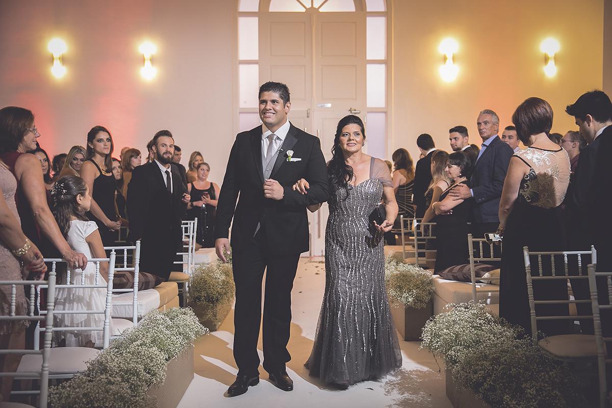 fotografia feita por Cleber Thiber, entrada do noivo com a mãe