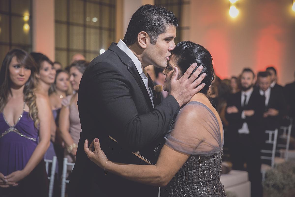 fotografia feita por Cleber Thiber noivo se emociona com a mãe no altar