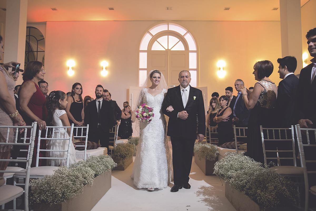 fotografia feita por Cleber Thiber A noiva entrando com o pai e a emoção toma conta
