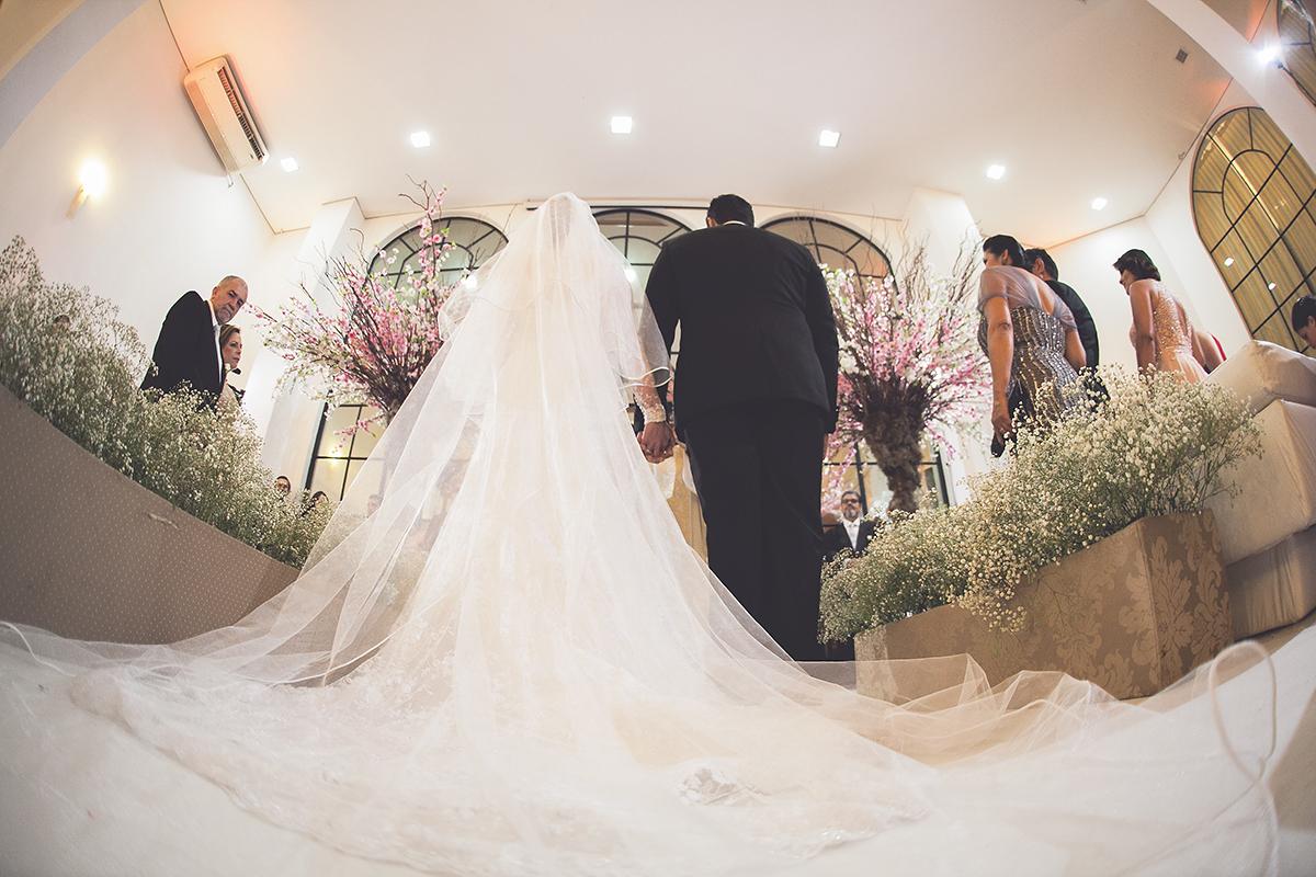 fotografia feita por Cleber Thiber, com grande angular que valoriza o vestido da noiva em um momento da cerimônia