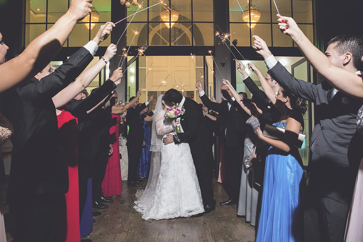fotografia feita por Cleber Thiber, saída dos noivos com Sparkles