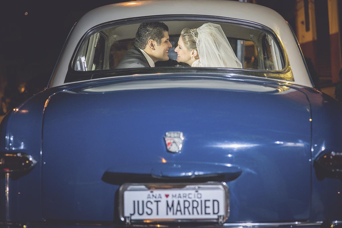 fotografia feita por Cleber Thiber, com o casal no carro