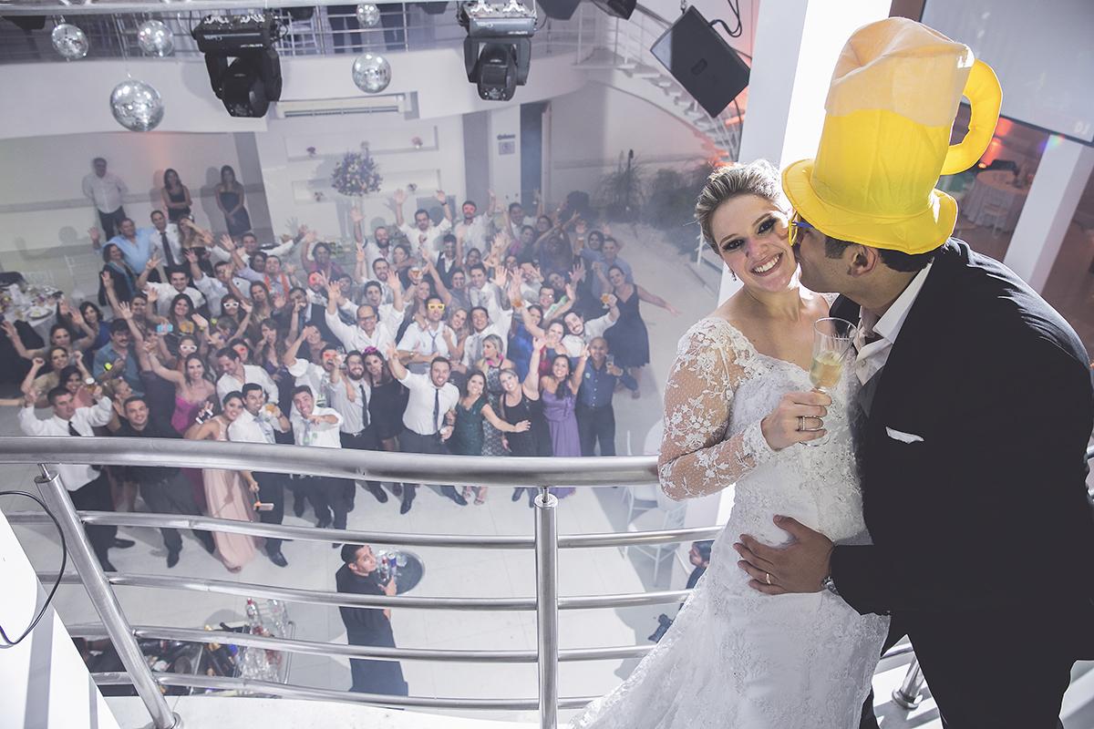 fotografia feita por Cleber Thiber, os noivos e seus convidados na festa