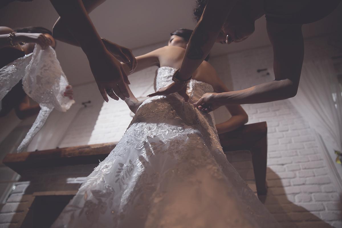Foto feita por Cleber Thiber Fotografia na Fazenda 7 Lagoas - Madrinhas ajudando a noiva