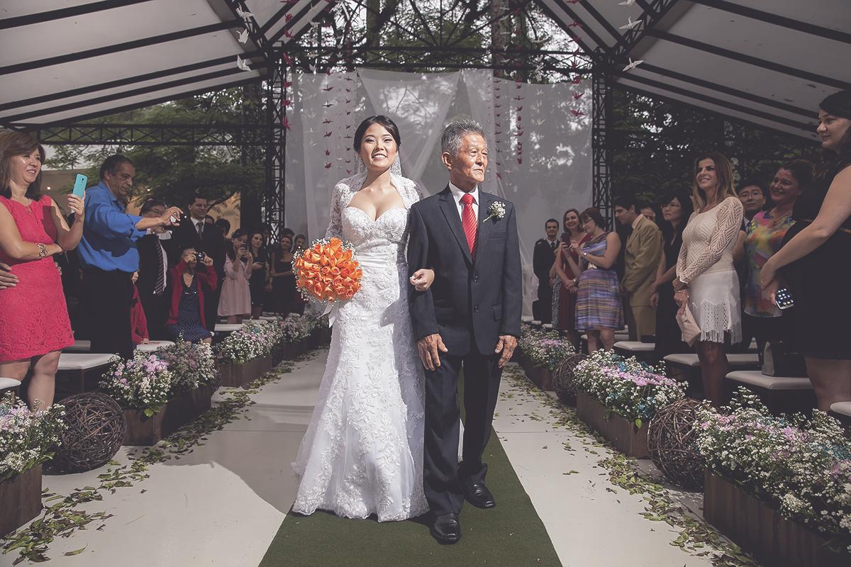 Foto feita por Cleber Thiber Fotografia na Fazenda 7 Lagoas - entrada da noiva