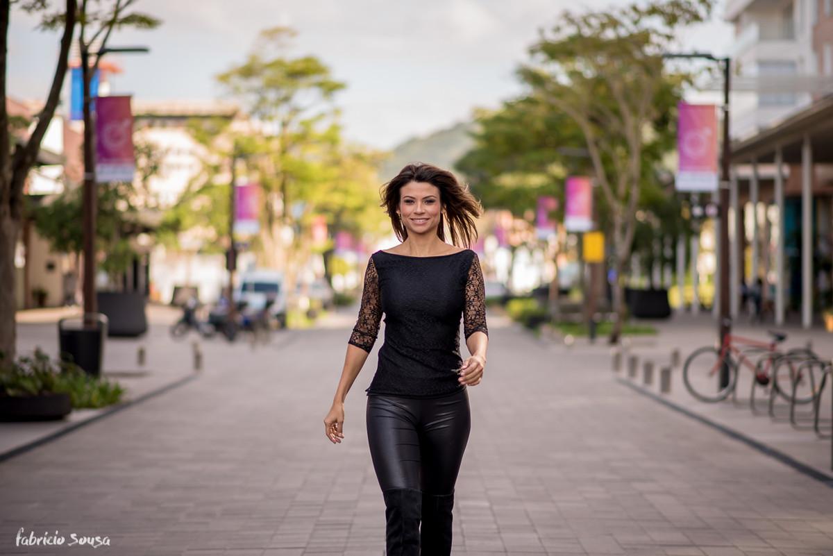 Karina Peloi poderosa desfilando na rua
