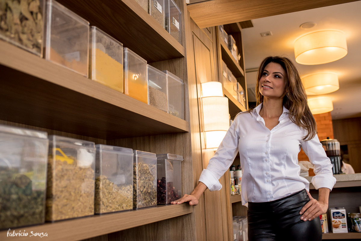 Karina nutricionista escolhendo produtos naturais para suas pacientes