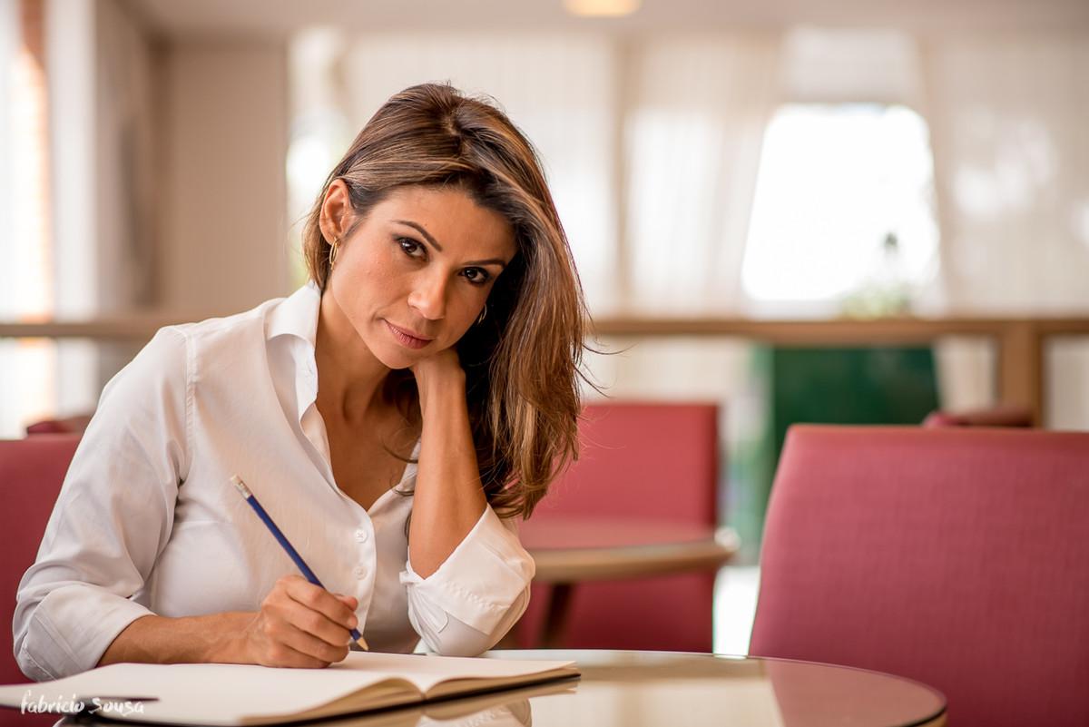 Karina fazendo anotações do seu método Magra Para Sempre