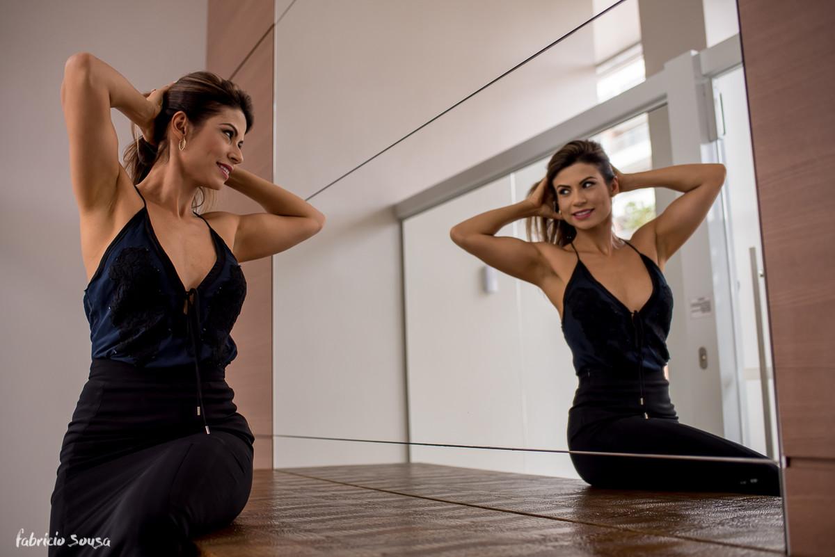 Karina se arrumando no espelho