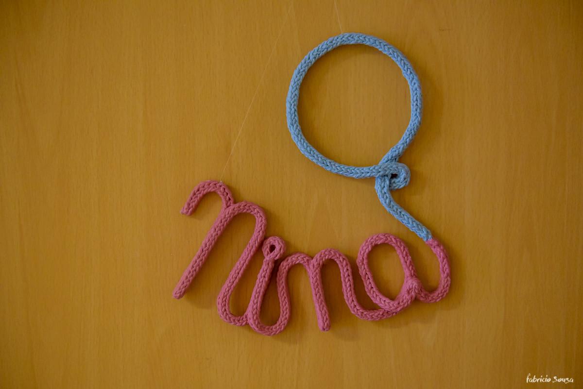 detalhe do bordado escrito Nina na porta da maternidade
