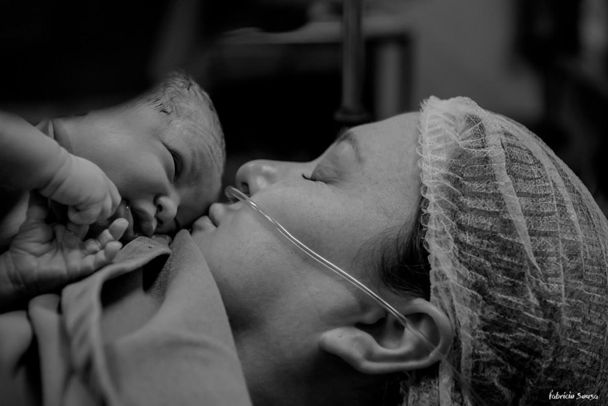 o primeiro beijinho da mamãe na sua bebê