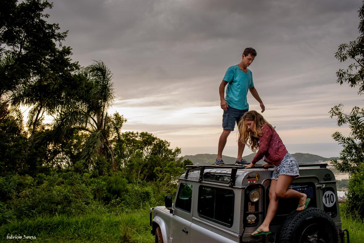 noivos descem da capota do carro land rover ensaio pre-casamento em Florianopolis no topo do morro da lagoa