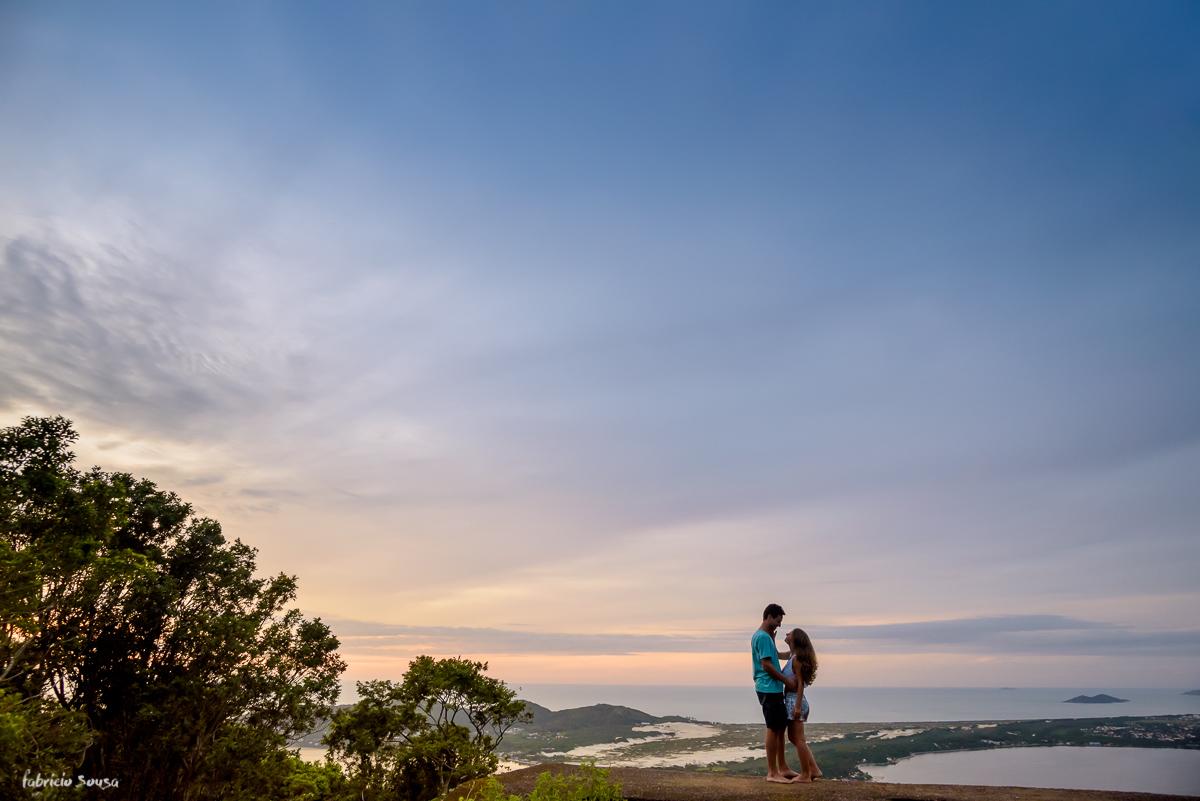 morro da lagoa ao amanhecer casal quase se beija em ensaio pre-wedding