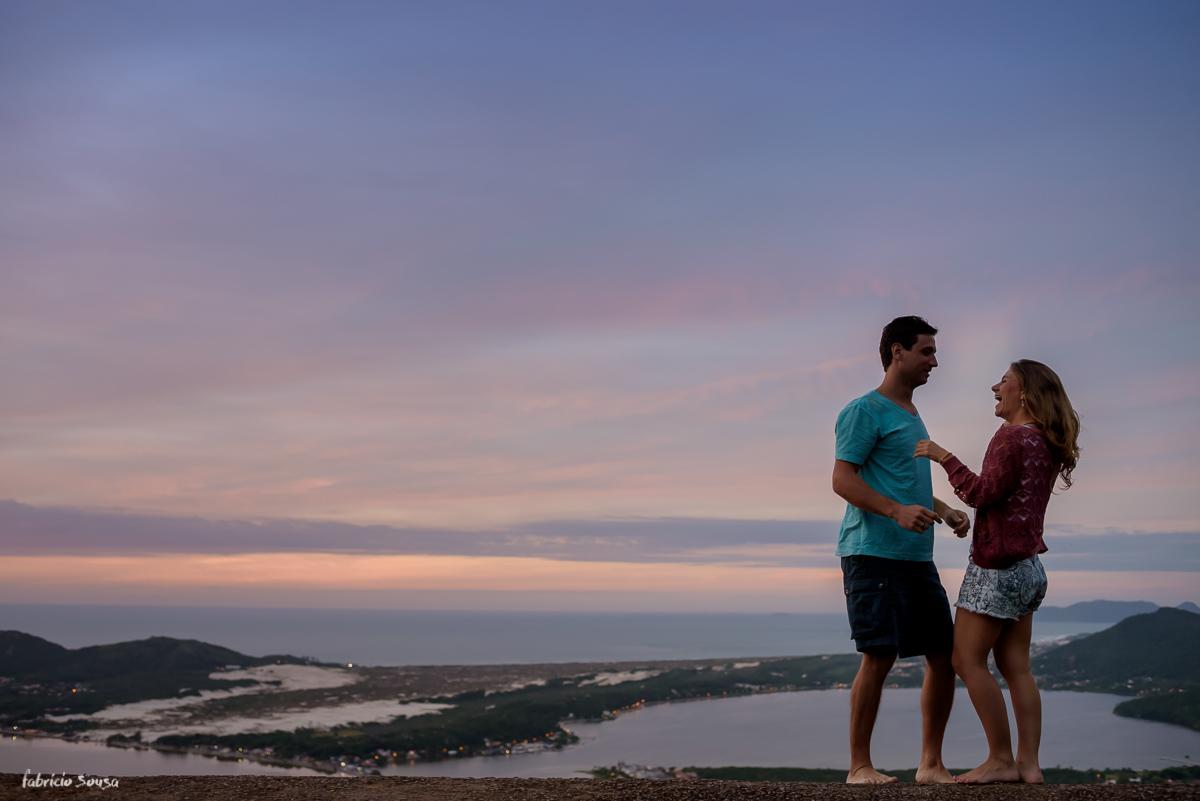 descontração no ensaio de noivos no topo do morro da lagoa - mirante do asa delta