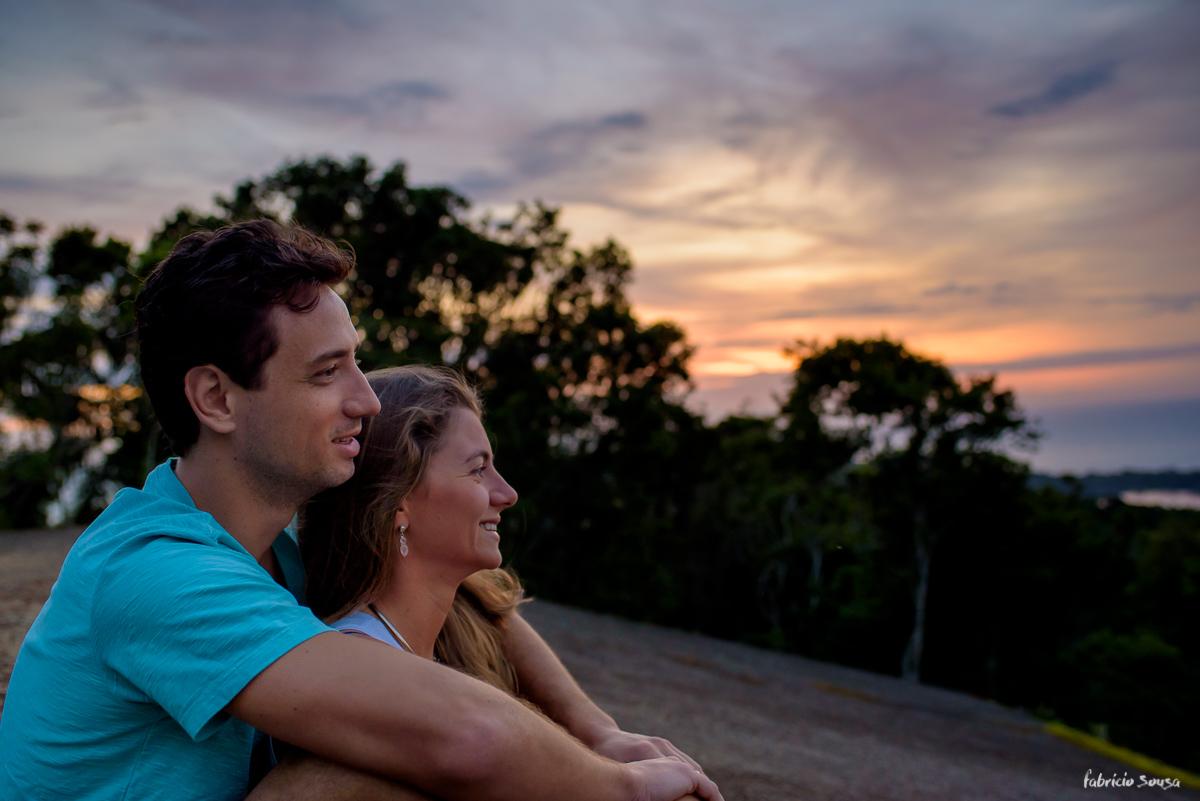 namorados no nascer do sol em ensaio pre-casamento no morro da lagoa - Floripa