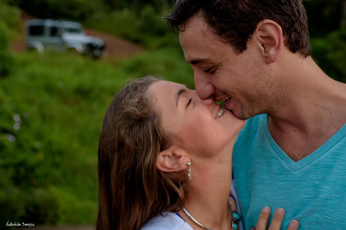 beijo apaixonado com land rover defender ao fundo - expedição caminho livre