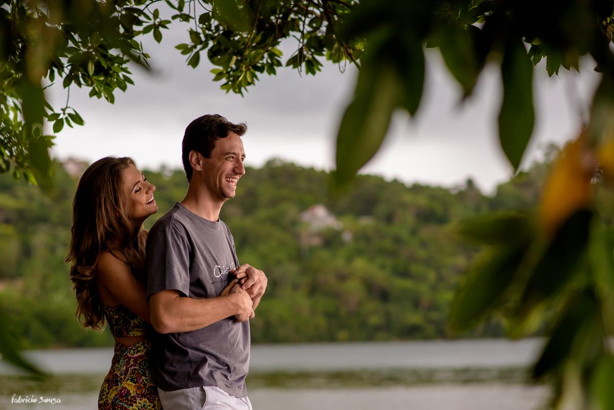 abraço gostoso do casal no final de tarde na lagoa da conceição Florianópolis