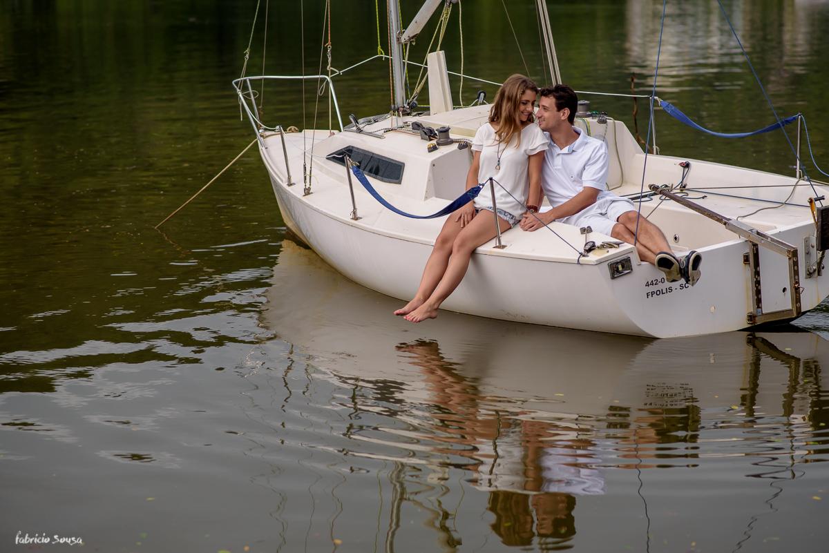 ensaio pre-casamento namorando no veleiro