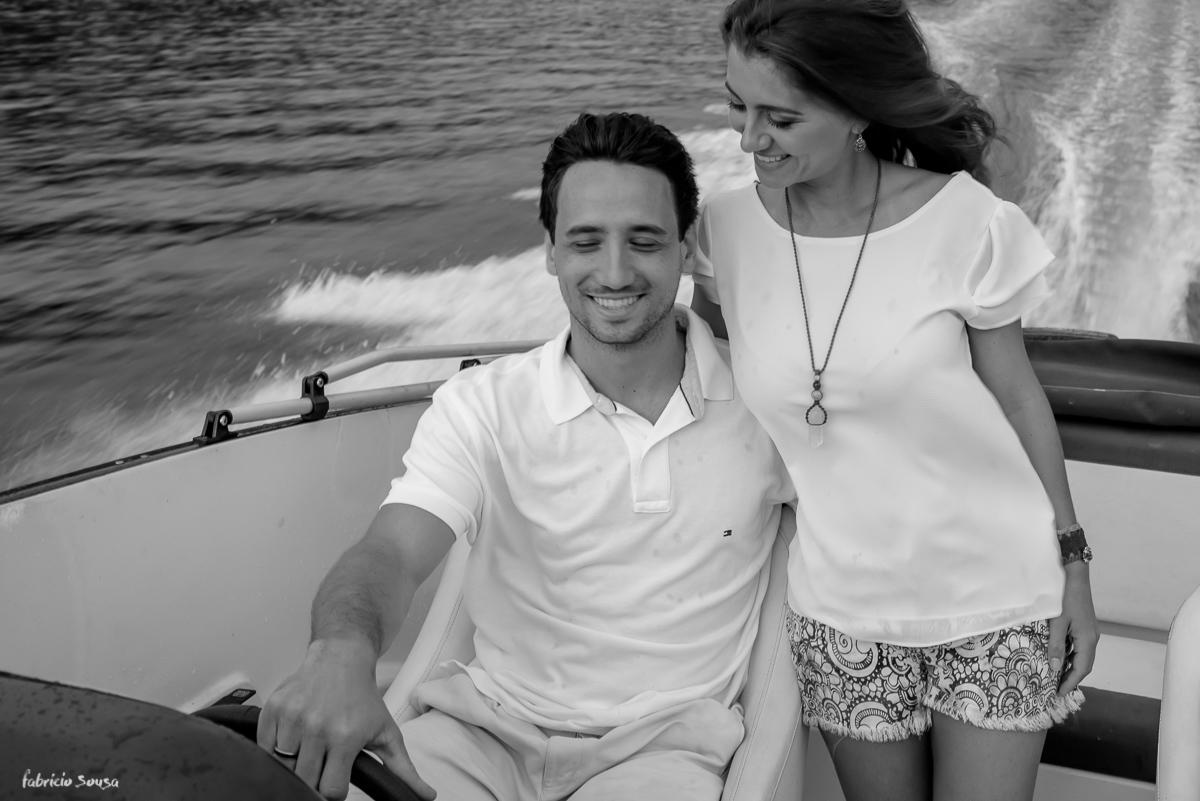 passeio de lancha na lagoa com retrato sorridente do casal em ensaio pre-wedding