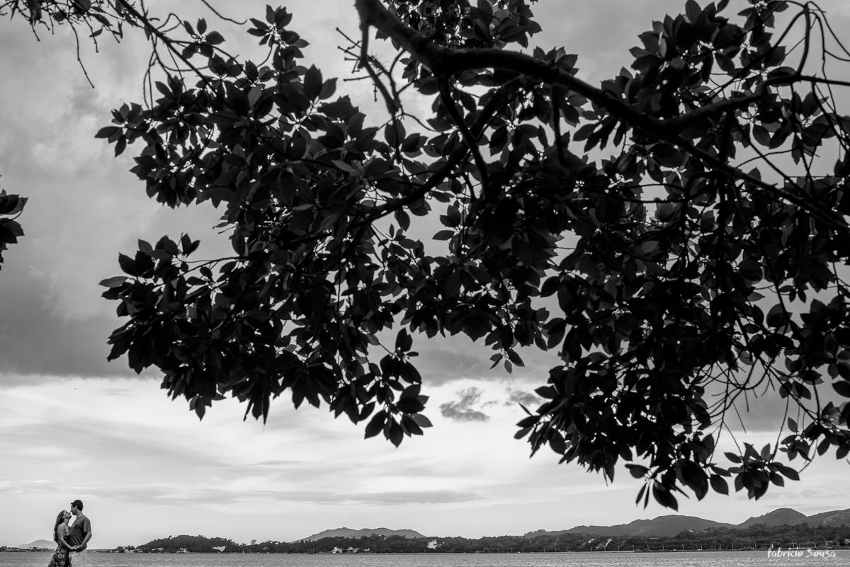 silhueta do casal com árvore e lagoa da conceição de fundo