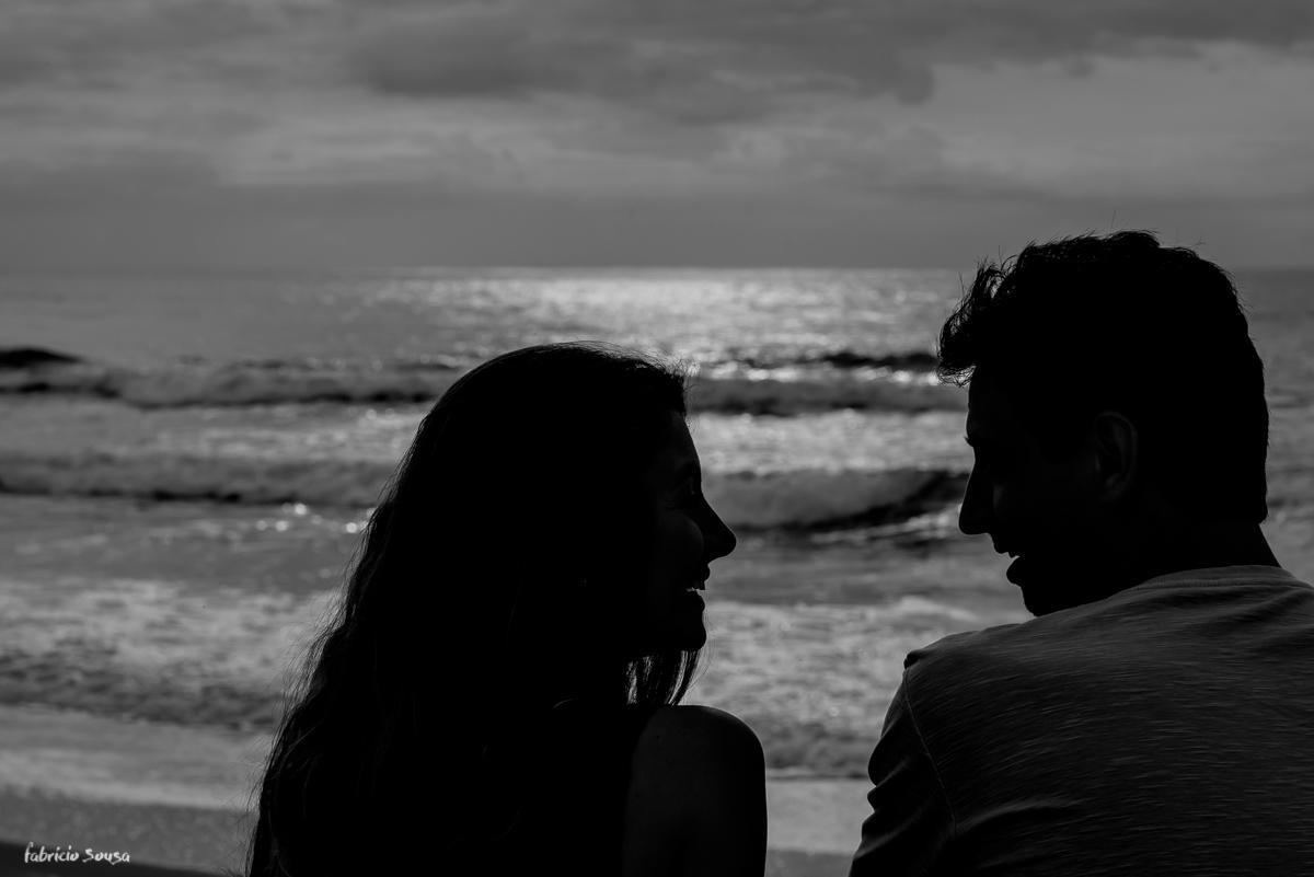 silhueta do casal preto e branca na praia do campeche