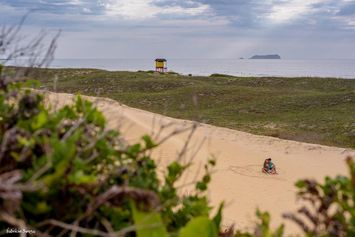 noivos sentados na areia no local que decidiram se casar Campeche Floripa